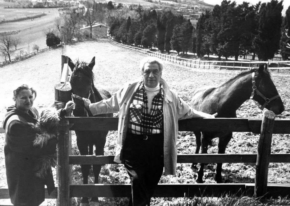 I miei genitori, all'inizio della loro avventura, quando ancora nei terreni intorno a Camerino c'erano i cavalli.